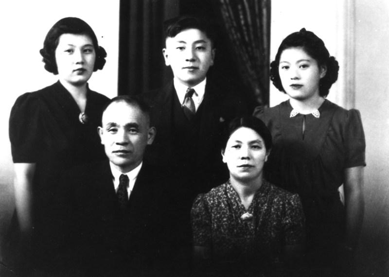 1938年に撮影された吉田ファミリーの写真。深幸さんは後方右側で当時は15歳。