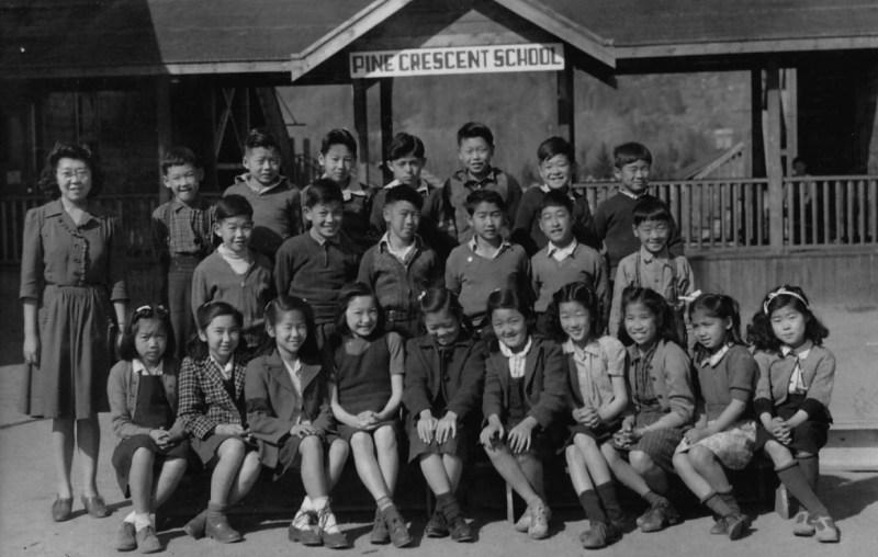 1944年、スローカンの収容所学校のグレード4学級写真:前列右端にジョイ・コガワ、最後列左端にデビッド・スズキ、左から3番目がジョージ。