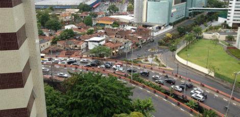Rua Real da Torre com trânsito parado gerado retenções desde a ponte antes da Rua João Tude de Melo, em Parnamirim / Foto: Eraldo Michiles/Voz do Leitor
