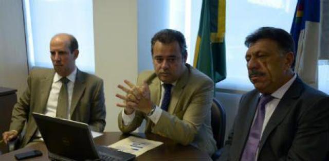 Danilo Cabral (centro) comemora número de propostas inscritas no Escritório de Projetos / Douglas Fagner