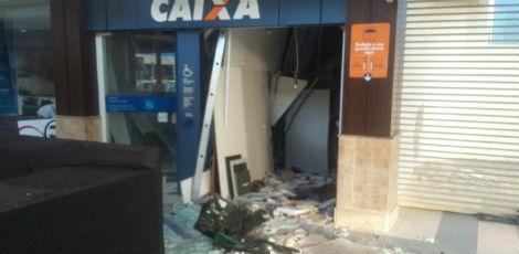 Durante a madrugada desta quarta (26), criminosos explodiram caixas no Cabo de Santo Agostinho / Foto: Reprodução/Rádio Jornal