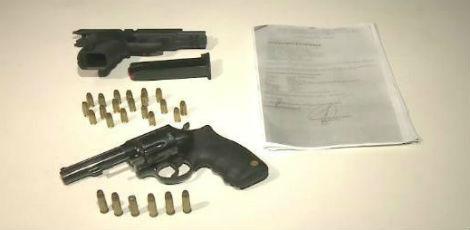 As duas armas encontradas eram uma pistola 380, registrada no nome do pastor, e um revólver calibre 38, sem registro / Foto: Reprodução / TV Jornal