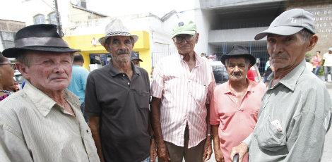 Aposentados em frente à prefeitura de Ribeirão, Mata Sul, à espera de informações sobre pagamentos / Foto: Ricardo B. Labastier