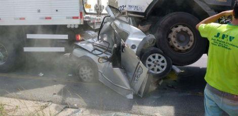 Com o impacto, o carro foi destruído  / Foto: Divulgação