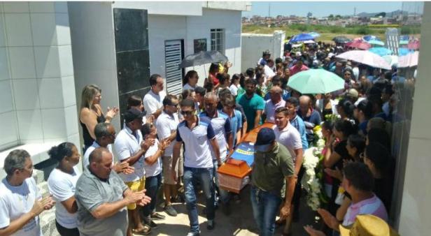 João Batista foi homenageado na frente da loja em que ele era proprietário / Foto: Orlando Santos/ TV Jornal Caruaru