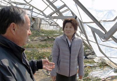 山口さん(左)から被害状況や要望を聞く奥田県議(右)=2014年3月9日、深谷市
