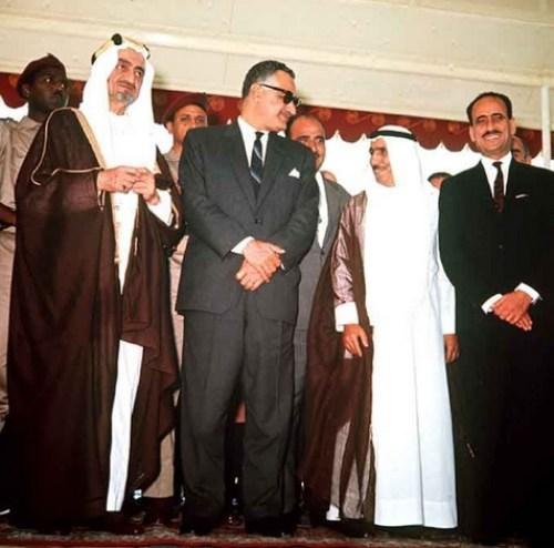 Le sommet de la Ligue arabe de 1967 à Khartoum dirigé par (de gauche à droite) le roi Faisal d'Arabie saoudite, Gamal Abdel Nasser d'Égypte et des dirigeants du Yémen, du Koweït et de l'Irak.