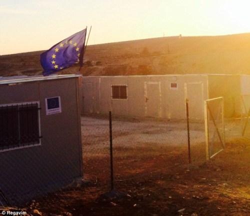 Le drapeau de l'Union européenne au sommet d'une structure construite illégalement dans les territoires