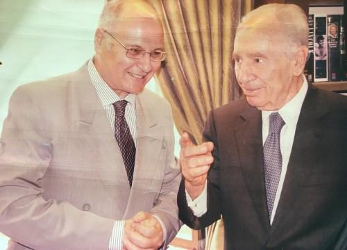 Le Président Shimon Pérès avec Freddy Eytan avant un long entretien tenu à sa résidence.