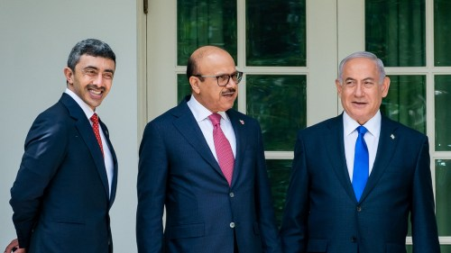 Le Premier ministre israélien Benjamin Netanyahu, le ministre des Affaires étrangères de Bahreïn, le Dr Abdullatif bin Rashid Al-Zayani, et le ministre des Affaires étrangères des Émirats arabes unis Abdullah bin Zayed Al Nahyan, le 15 septembre 2020.