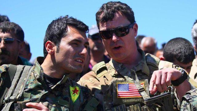 """התמונה ששיגעה את ארדואן - מפקד כוחות של צבא ארה""""ב מתדרך את אחד ממפקדי הכורדים בצפון סוריה"""