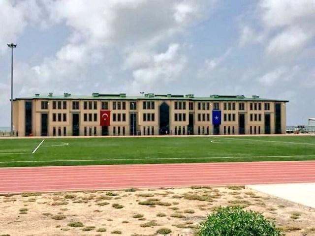 [תמונה: הבסיס הטורקי ורחבת המצעד בסומליה, מקור: Somalia.liveuamap.com .