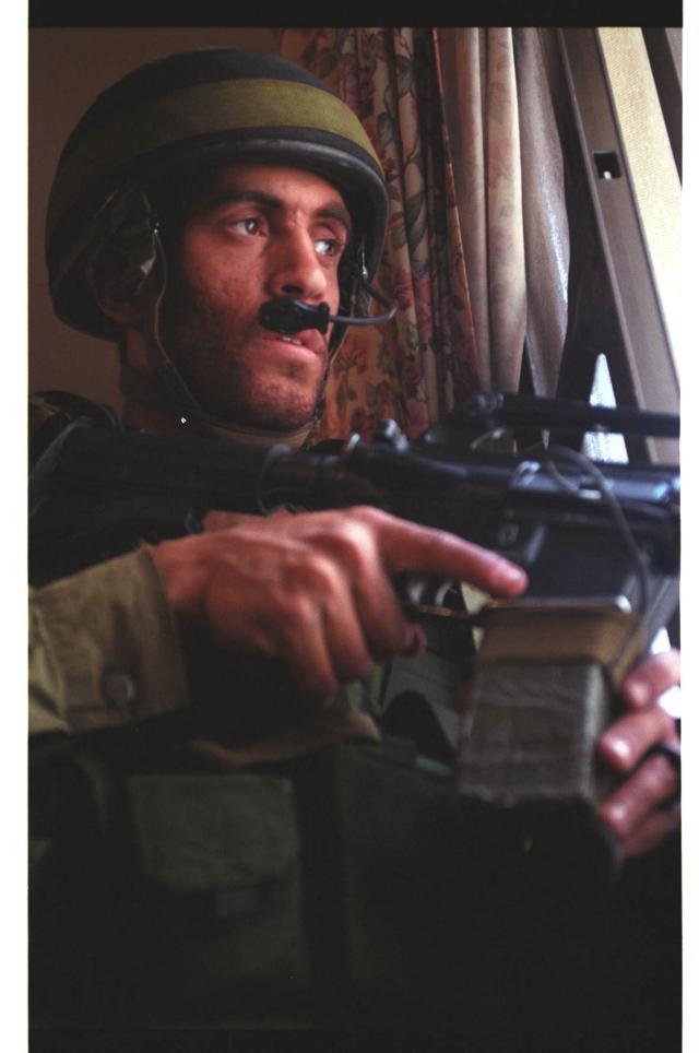 """חייל צה""""ל בלחימה בבית לחם בזמן מבצע """"חומת מגן"""" // צילום: דו""""צ"""
