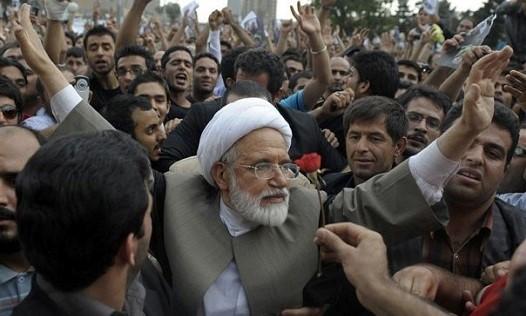 מהדי כרובי, מספר ימים לפני מעצר הבית הממושך שהחל מפברואר 2011 בקרב מוקף בתומכיו ברחובות טהראן