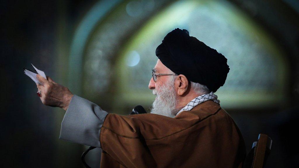 """נשף המסכות של האייתוללות: כך מתכננת איראן לנצח במלחמה הקרה מול ארה""""ב"""