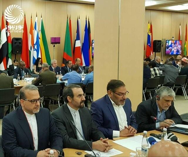 (שמח'אני (שני מימין) בכינוס אופה :קורא להקמת חזית פוליטית בינלאומית לתמיכה בנשיא ונצואלה מדורו. ברקע דגל ישראל. פורסם בסוכנות הידיעות [3] בערבית ISNA)