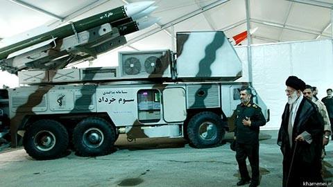 """(המנהיג ח'אמנהאי בהצגת מערכת ההגנ""""א 3 ח'רדאד לידו מפקד זרוע האוויר חאג'יזאדה)"""