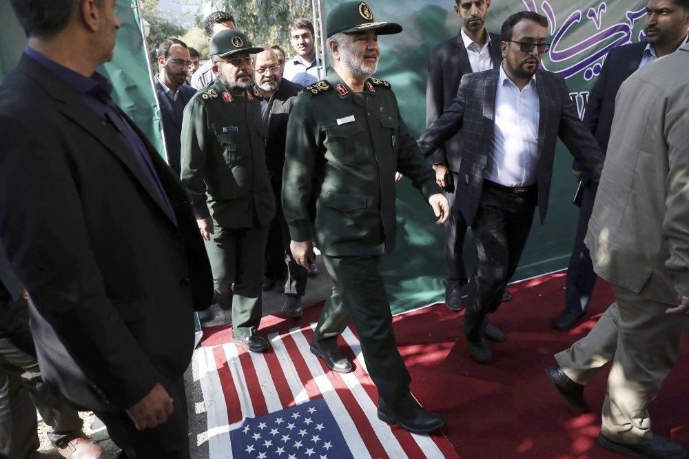 חוסיין סלאמי בפתח בניין השגרירות