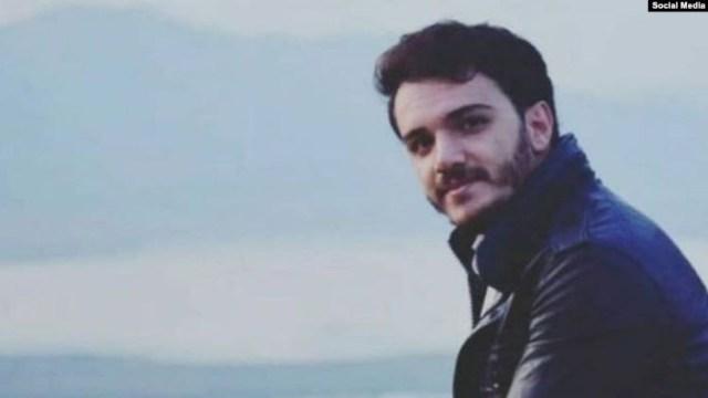ארשאד רחמאני, רופא כורדי צעיר שרק לפני מספר חודשים סיים את לימודיו. גופתו נמצאה בימה של העיר מריואן ירוי באזור צוואר. הוא ועוד עשרות הוצאו להורג במשפטי בזק שדה לאחר שעברו עינויי תופת במעצר עקב השתתפותם במהומות האחרונים. התמונה: רדיו פרדא
