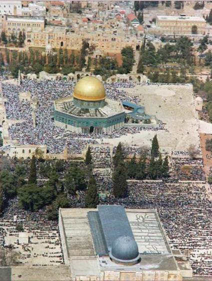 Muslims worshipping on the Temple Mount in the month of Ramadan, 1992. The Dome of the Rock is in the center of the picture, the Al-Aqsa Mosque at the bottom. Under Israeli rule full religious freedom is maintained on the mount. (Moshe Milner, Government Press Office)