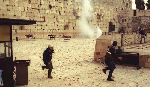 The Western Wall plaza strewn with stones hurled from the Temple Mount after the Jewish worshippers were evacuated from the plaza, 1994. (Avi Ochayon, Government Press Office)