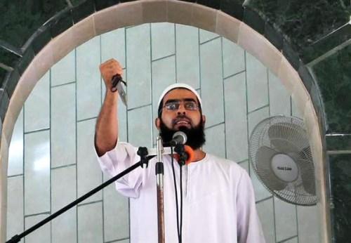 Gaza imam exhorting his followers to stab Israelis during his sermon