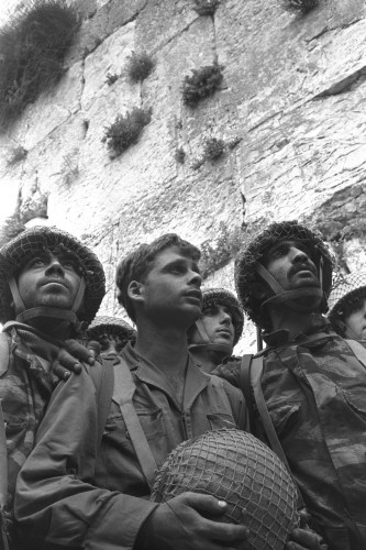 Israeli paratroopers standing next to the Western Wall.