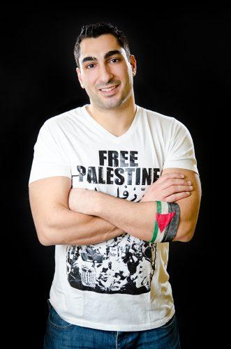 """Kanazi wearing a """"Free Palestine""""shirt"""