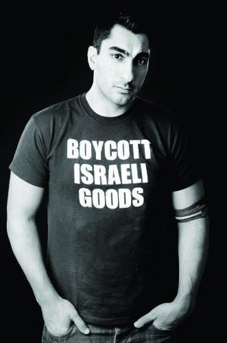 Kanazi wearing a shirt promoting the boycott of Israeli goods
