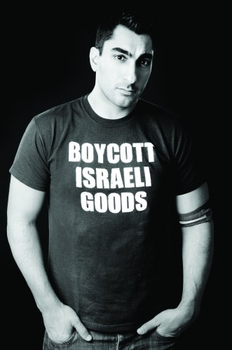 Kanazi wearing a shirt promoting the boycott of Israeli goods