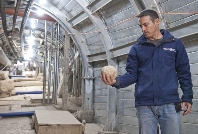 Nachshon Zenton sostiene una bola de catapulta