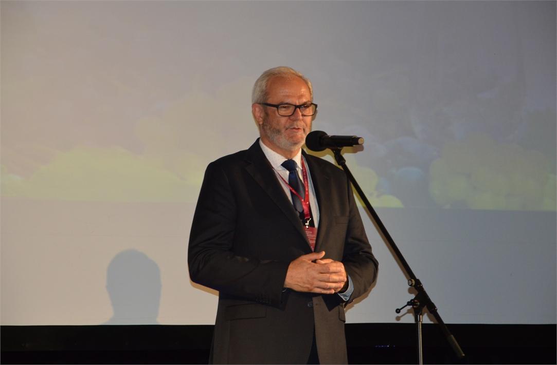 Ryszard Pabian, burmistrz Jasła, wita przybyłych na dni wina na scenie JDK.