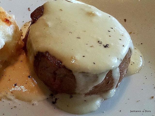 Um Ótimo Mignon Grelhado com Molho de Mostarda Dijon