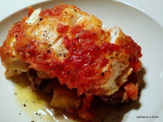 Peixe assado com molho de tomate
