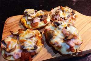 MIni pizza de cogumelo paris e peito de peru