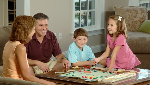 Family_playing_a_board