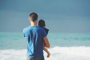 Je Tu Elles - parité congé maternité, paternité, parental -père et son enfant à la mer