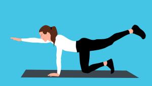 Femme faisant des exercices sportifs au sol