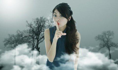Miracle Morning silence - chut - jeune femme asiatique, le doigt sur la bouche pour imposer le silence