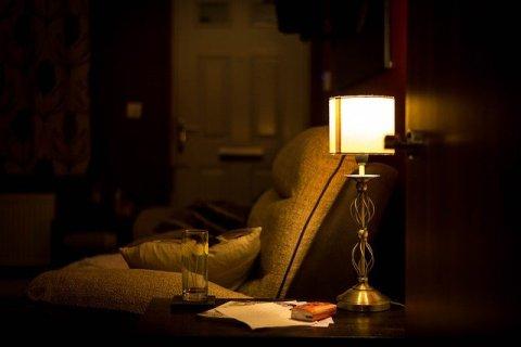 Coin aménagé pour pratiquer sa routine matinale et s'éveiller doucement. Fauteur à la lueur d'une lampe