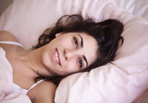 Routine matinale - femme dans son lit qui se réveille
