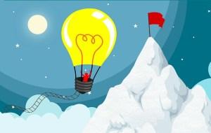 Visualisation créative : de l'idée au succès- Homme voyageant jusqu'à un drapeau en haut d'une montagne, dans une mongolfière dont le ballon est une ampoule lumineuse