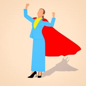 La visualisation pour combattre ses peurs et croyances limitantes - Femme d'affaire avec cape et posture de super héros