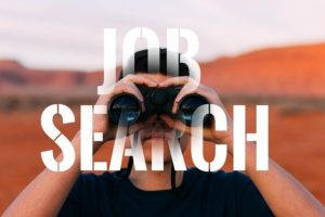 CV : photo avec un homme tenant des jumelles et où il est écrit Job Search (recherche d'emploi)
