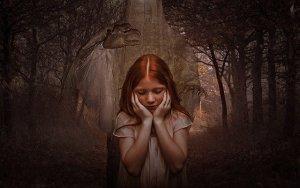 Les peurs à l'origine du manque de lâcher-prise - Enfant rousse dans une forêt avec un fantôme inquiétant la main au-dessus de la tête de la petite fille