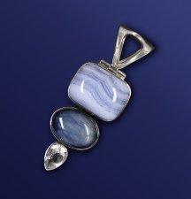 Pendentif avec 3 pierres dont deux bleues et un cristal - Calcédoine bleue