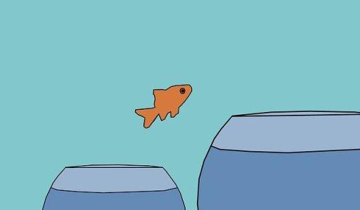 les techniques pour relever un défi : poisson rouge sautant d'un petit bocal à un autre plus grand