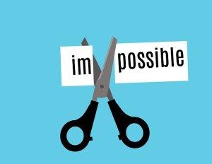 """Comment se motiver - découper ses objectifs en étapes pour les rendre possible. Paire de ciseaux coupant un papier en deux mots """"im"""" et """"possible"""""""