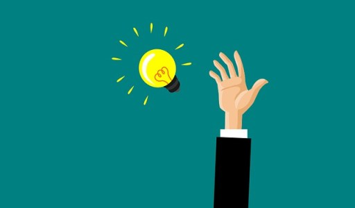 la sérendipité ou l'art de transformer l'échec en réussite - bras d'un homme essayant d'attraper une ampoule lumineuse