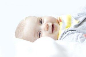 Bébé allongé souriant